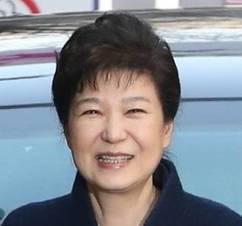 """[포토뉴스] 박근혜 전 대통령…청와대 퇴거부터 검찰출석까지 """"왜 웃을까?"""""""