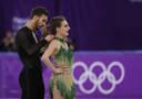 프랑스 아이스 댄스 파파다키스, 연기 도중 의상 벗겨져 가슴 노출 사고