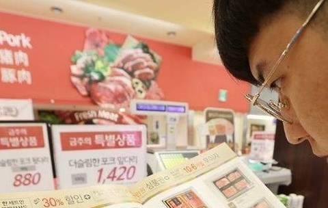 [뉴스텔링] 김영란법의 재구성? 이마트 '월간가격' 사보 경쟁 불지피나