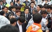 황교안, 5·18단체·시민들 격렬 항의 속에 5·18기념식 참석