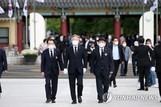 이재명, 광주·봉하 방문…여권 상징 찾아가 지지층 결집