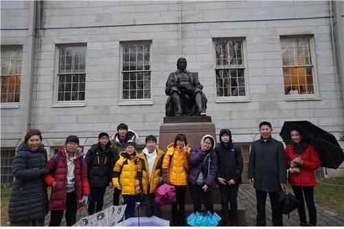 (사진제공=창녕군) 창녕군 영어마을 학생들이 하버드대학교에 있는 존하버드 동상앞에서 기념촬영을 하고있다.