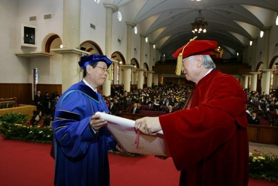 신일희 총장(우측)이 추이 시리앙 총장에게 명예미술학박사학위를 수여하고 있다.(사진/계명대제공)